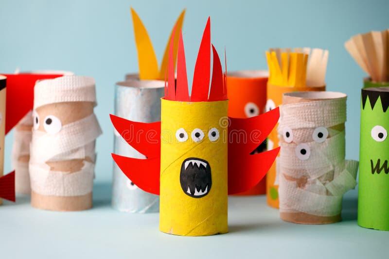 Halloween e concetto della decorazione - mostri dall'idea creativa diy semplice del tubo della carta igienica La riutilizzazione  immagini stock libere da diritti
