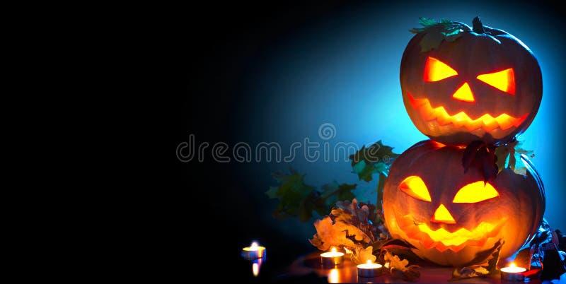 Halloween-Feiertags-Hintergrund Gebogene Halloween-Kürbise stockbilder