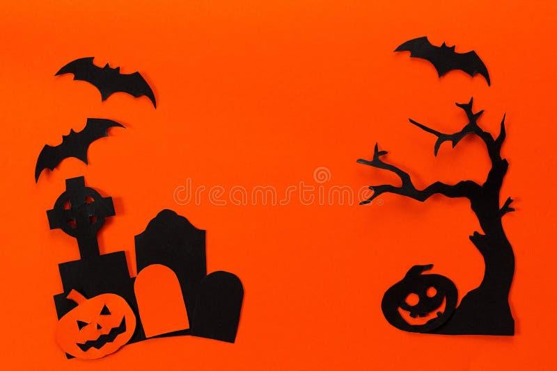 Halloween-Feiertagshintergrund mit Grundstein, Baum, Kürbis und b lizenzfreie stockfotos