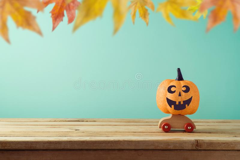 Halloween-Feiertagskonzept mit Laternen-Funkelnkürbis der Steckfassung O lizenzfreie stockbilder