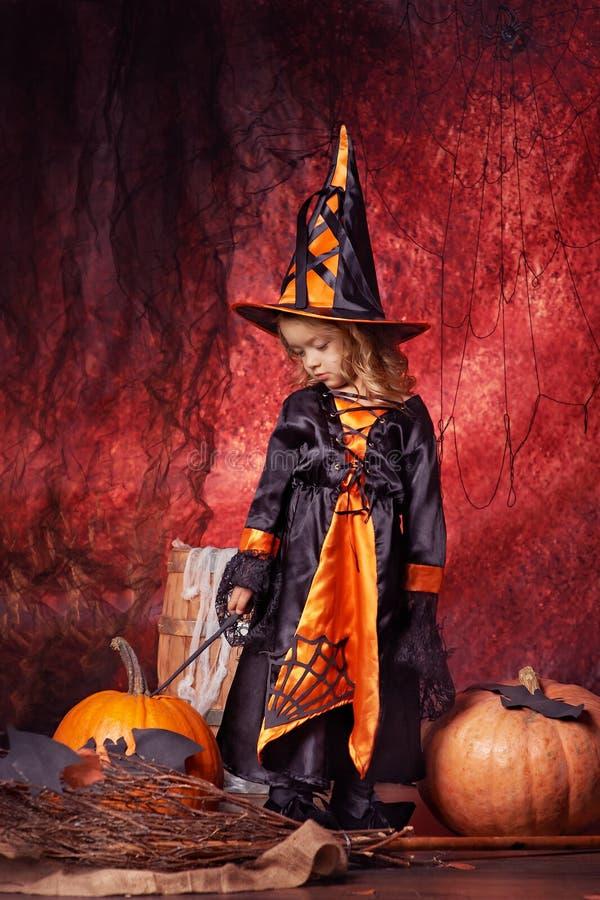 Halloween felice! bella bambina in costume della strega con il MAG fotografia stock libera da diritti