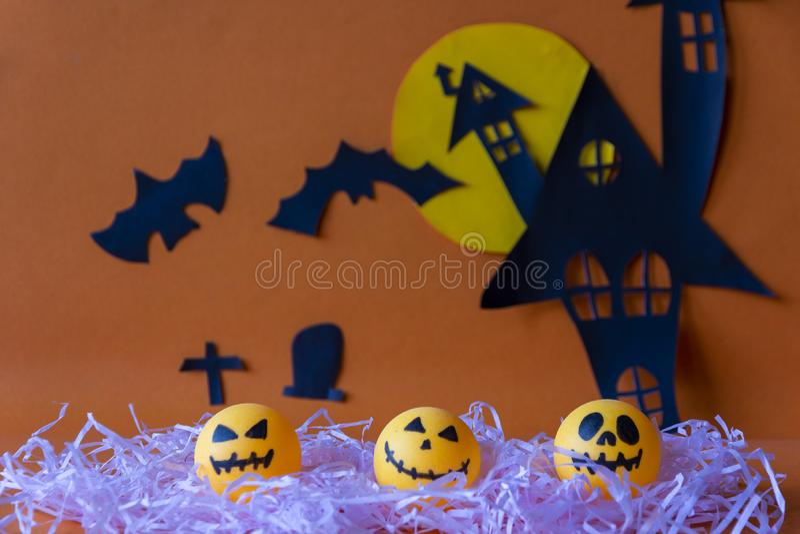 Halloween felice con il castello della casa e luna e zucca frequentati a fotografia stock