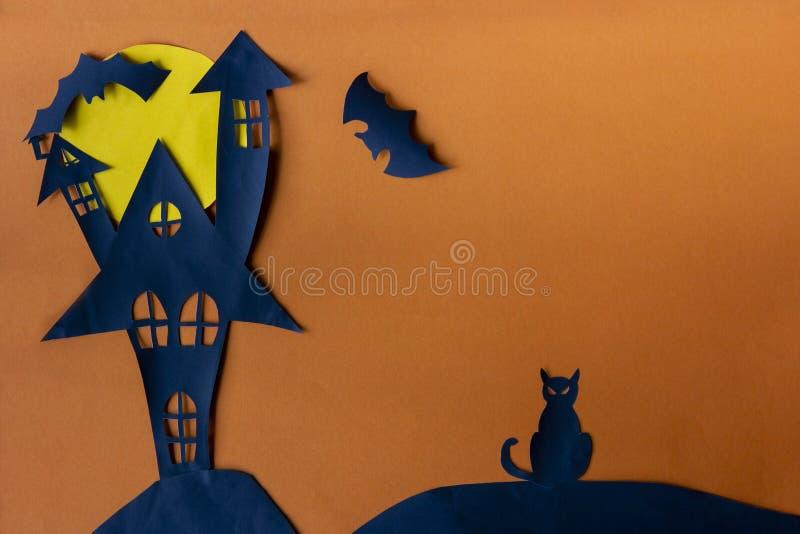 Halloween felice con il castello frequentato della casa immagini stock libere da diritti