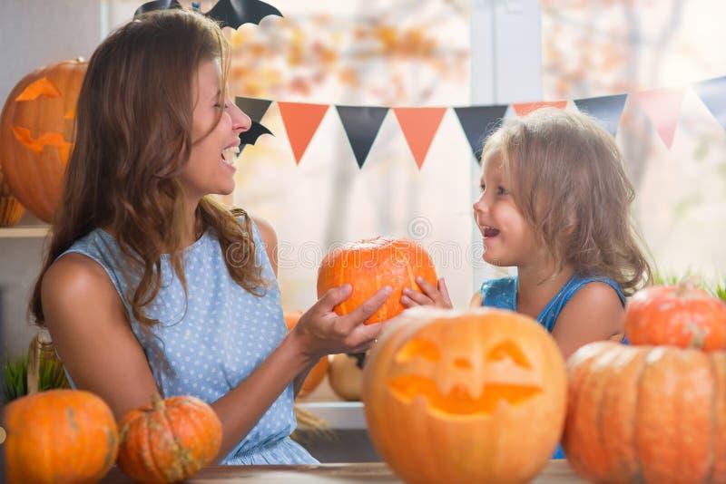 Halloween felice Piccola bella ragazza della famiglia con il celebr della madre immagini stock
