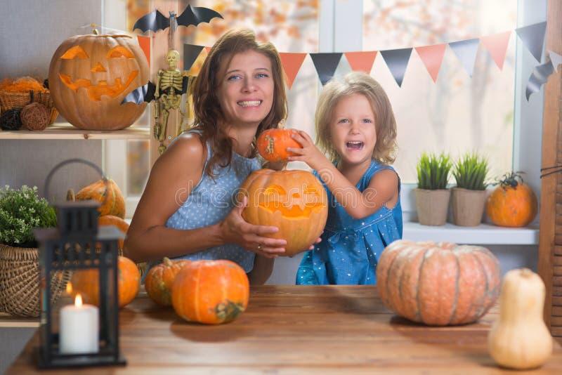 Halloween felice Piccola bella ragazza della famiglia con il celebr della madre immagine stock libera da diritti