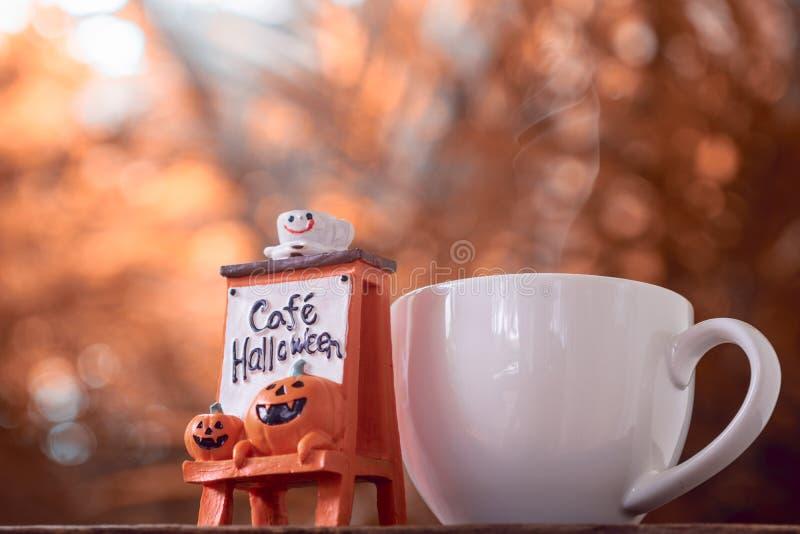 Halloween-Festival-Hintergrund Halloween-Kürbiskopf mit coff lizenzfreie stockfotografie