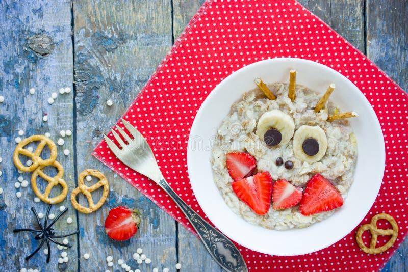 Halloween-Frühstück für Kinderhafermehlbrei formte lustiges monst stockfoto