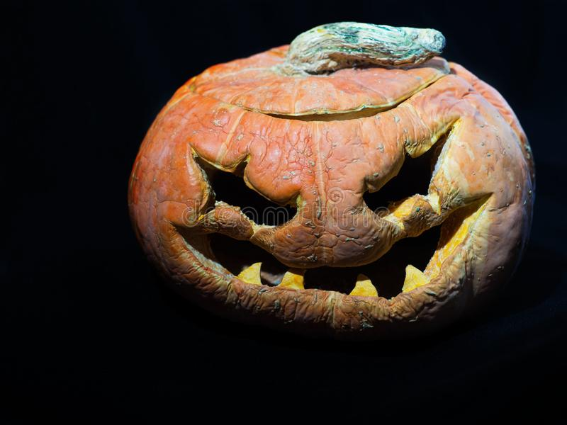 halloween gammal pumpa Isolerat på en svart backgropund arkivfoton