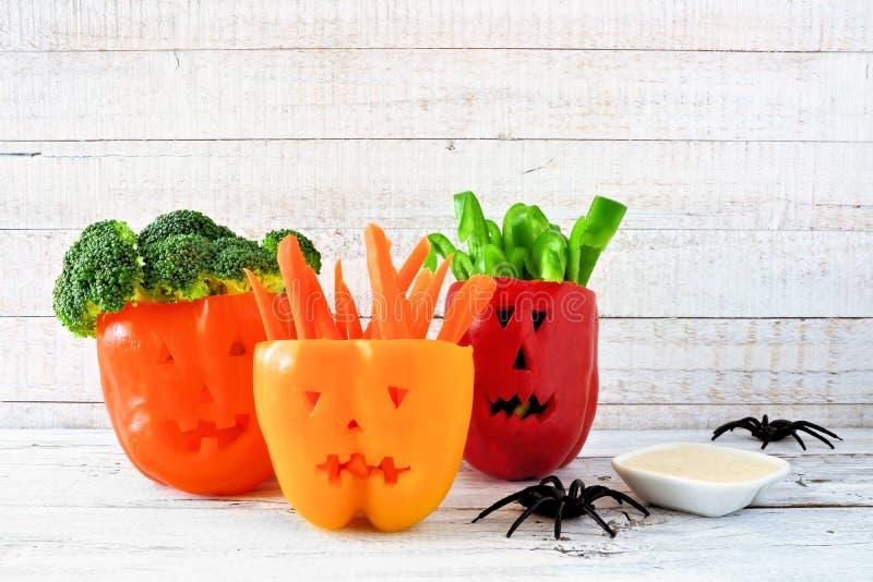 Halloween-Gemüse und -bad in Laterne Jacks O pfeffert auf weißem Holz lizenzfreie stockbilder