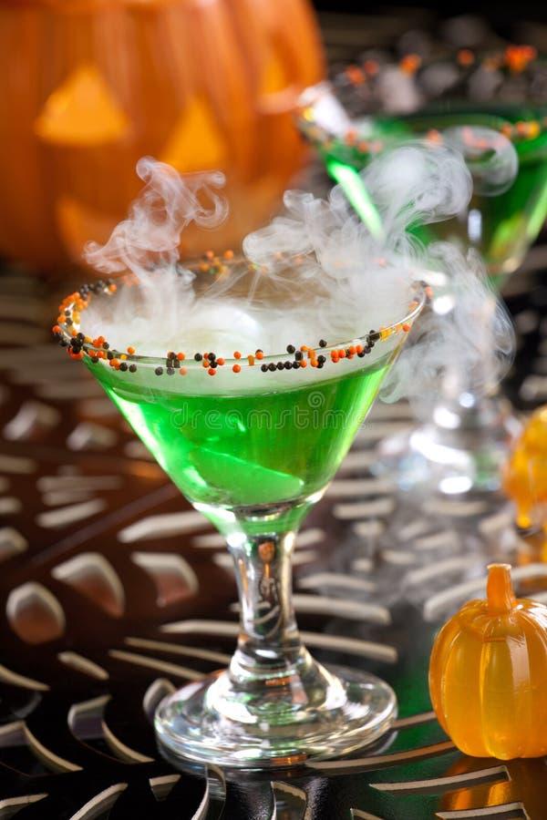 Halloween-Getränke - Hexe-Blut Martini lizenzfreie stockbilder