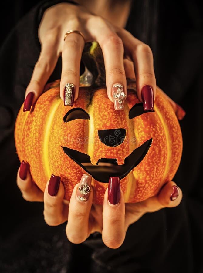 Halloween-hefboomo lantaarn en manicure met gemmen en lovertjes stock foto