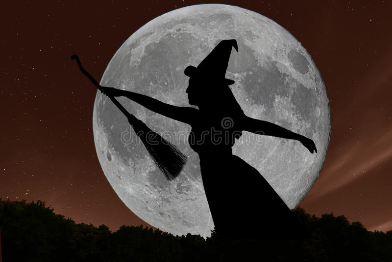 Halloween-heksensilhouet die met bezemsteel vliegen Volle maan royalty-vrije stock foto