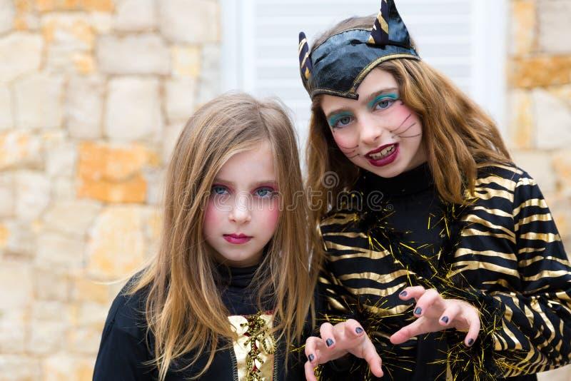 Halloween-het kostuum die van jong geitjemeisjes gebaar doen schrikken stock afbeelding