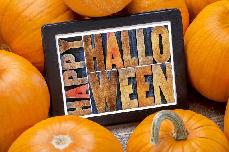 Halloween heureux sur le comprimé photo stock