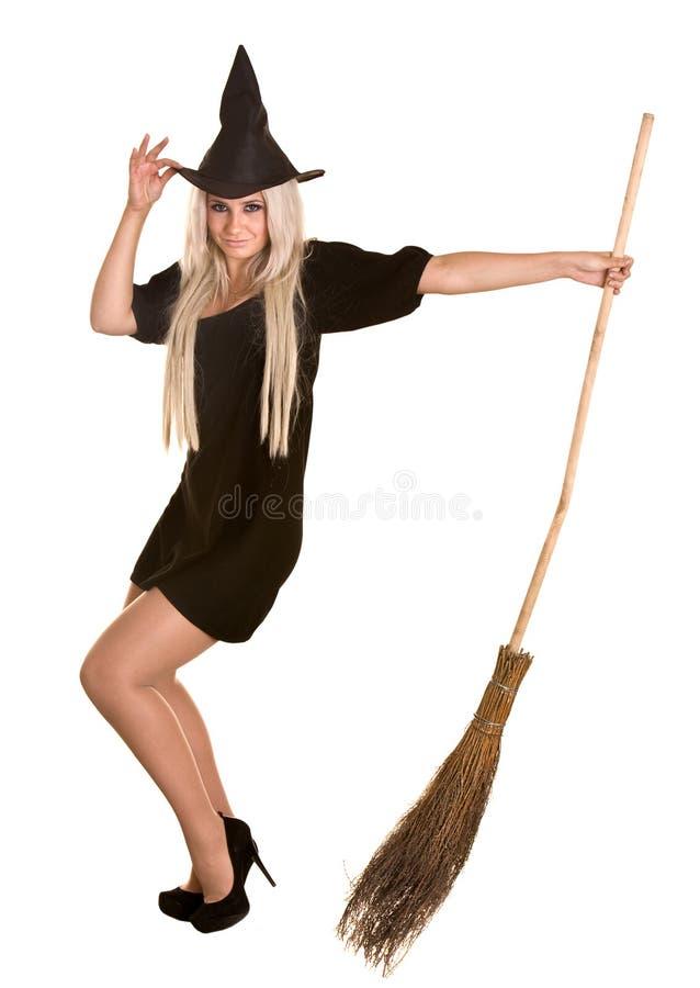Halloween-Hexe blond im schwarzen Hut mit Besen. lizenzfreies stockfoto