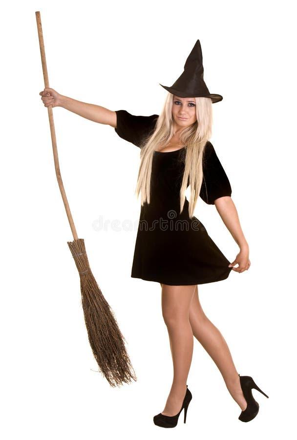 Halloween-Hexe blond im schwarzen Kleid mit Besen. lizenzfreie stockfotografie