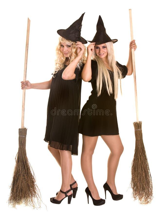 Halloween-Hexe blond im schwarzen Kleid und im Besen. stockbilder