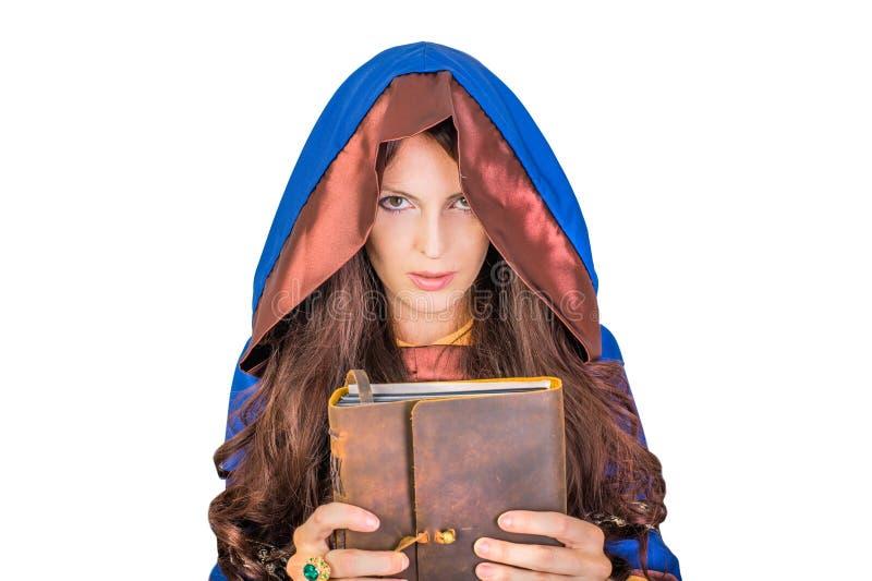 Halloween-Hexe, die magisches Buch von Bannen hält lizenzfreies stockfoto