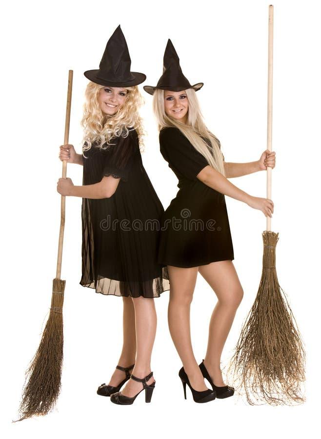 Halloween-Hexe im schwarzen Hut auf Besen. stockfotografie