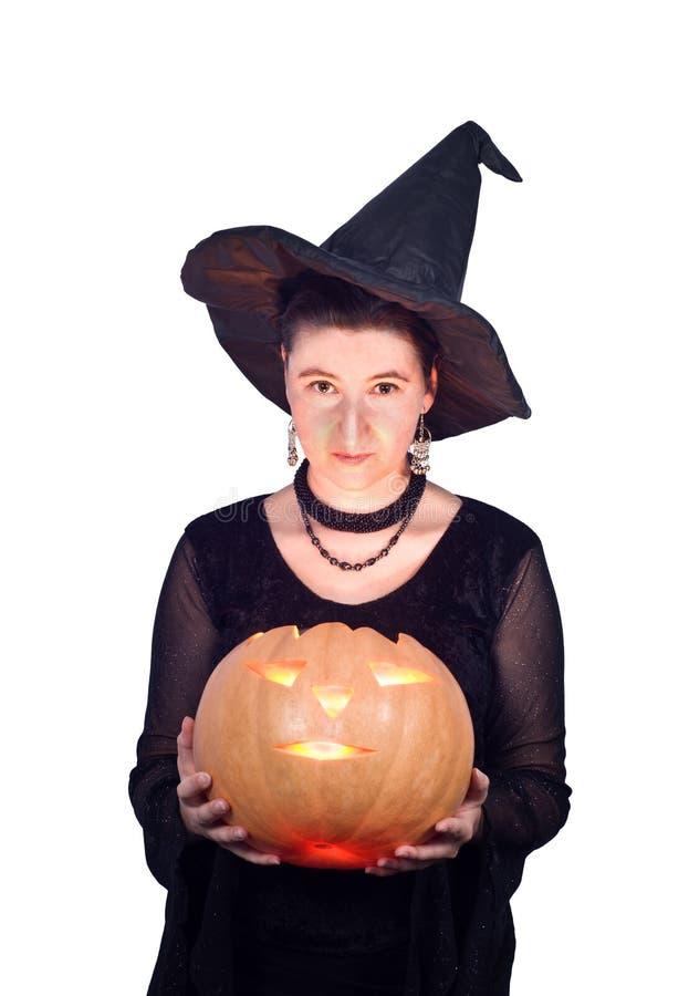 Halloween-Hexe mit glühendem Kürbis stockfoto