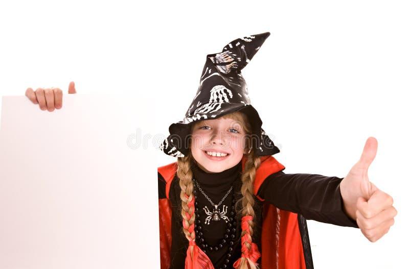 Halloween-Hexemädchenkind mit Fahne und dem Daumen. stockfotos