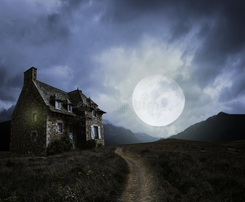 Halloween-Hintergrund mit altem Haus lizenzfreie stockfotografie