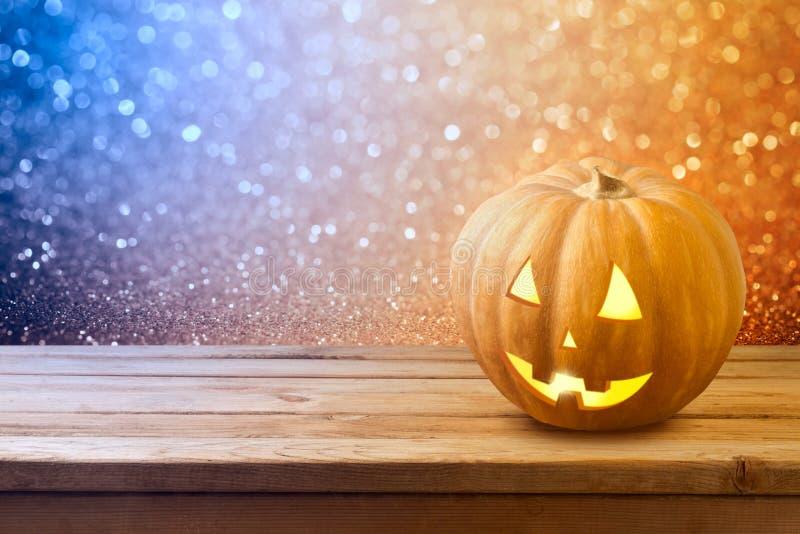 Halloween-Hintergrund mit Kürbissteckfassungslaterne auf Holztisch stockfoto
