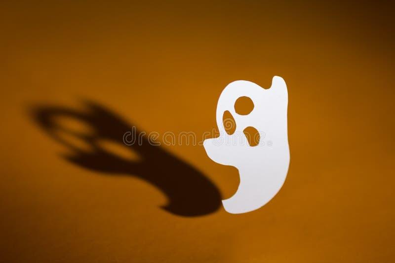 Halloween-Hintergrundkonzept Handgemachter Geist- und Grafikschatten, lizenzfreies stockfoto