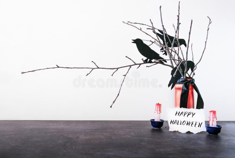 Halloween-huisdecoratie met droge takken, kraaien, vaas, bloed royalty-vrije stock foto's