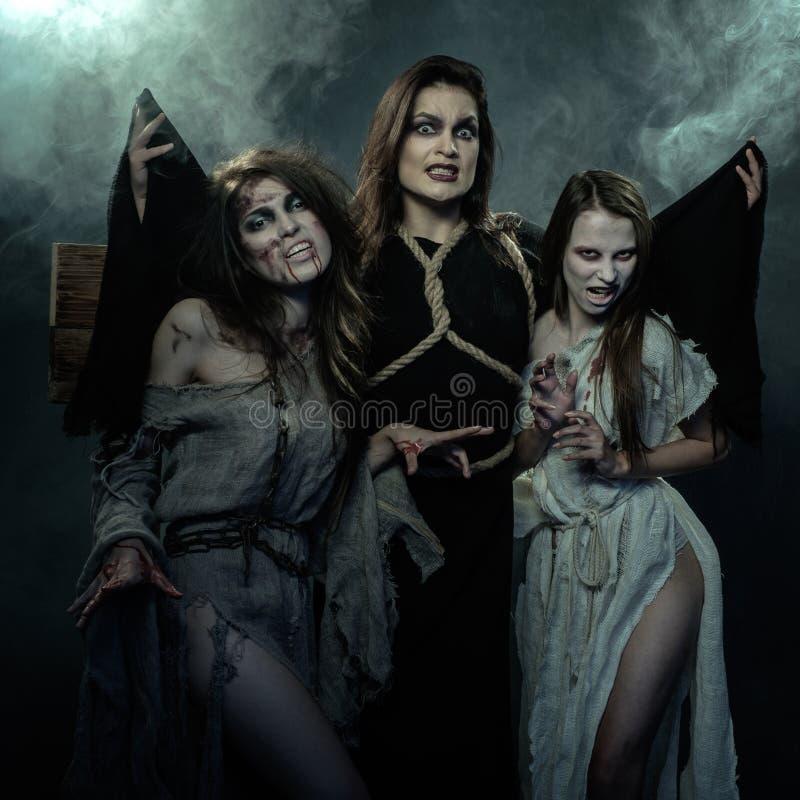 Halloween I medio evo Tre streghe immagini stock libere da diritti