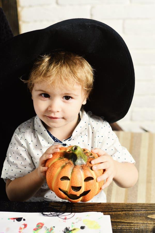 Halloween i partyjny pojęcie Magik chłopiec robi wystrojowi dla Halloween zdjęcia royalty free