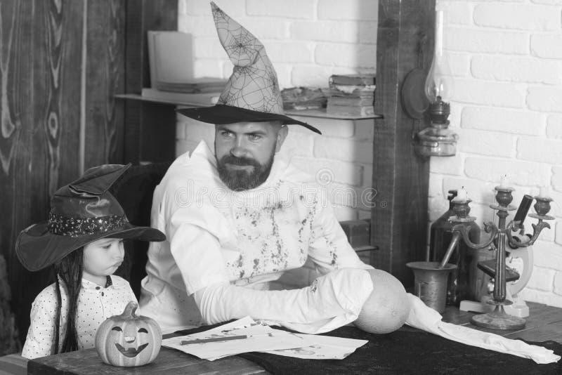 Halloween i partyjny pojęcie Witcher i mały magik fotografia stock