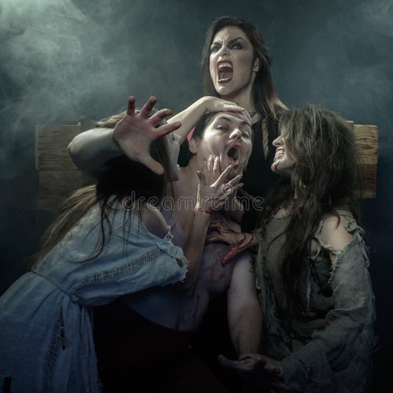 Halloween A Idade Média Três bruxas más matam seu executio fotografia de stock