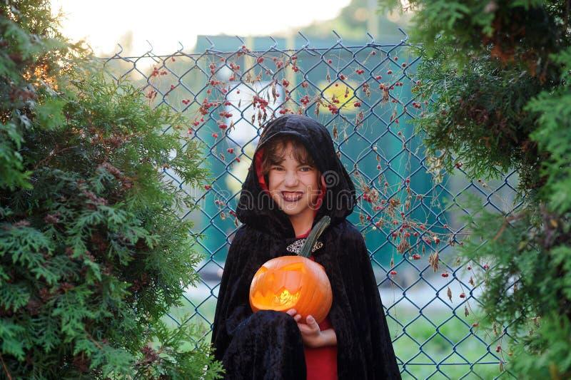 Halloween Il ragazzino ritrae lo stregone diabolico fotografie stock libere da diritti