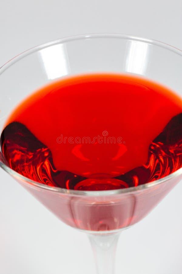 Halloween inspireerde de cocktail van de bloed rode kleur in een duidelijke glaszitting op een wit te genieten van lijstwachten royalty-vrije stock afbeelding