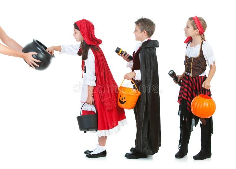 Halloween: Jonge geitjes die op Halloween-Suikergoed wachten royalty-vrije stock fotografie