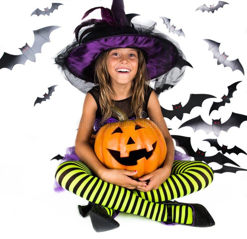 Halloween-jonge geitjes, Gelukkig eng meisje kleedden zich omhoog in Halloween-kostuum van heks, tovenaar voor pompoenflard en Ha royalty-vrije stock afbeeldingen