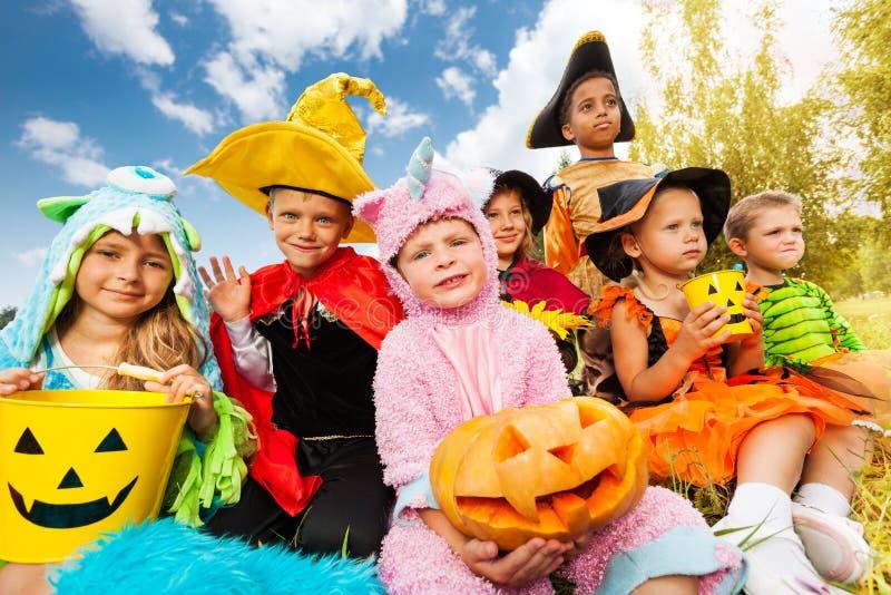Halloween-jonge geitjes in het mooie kostuums zitten royalty-vrije stock foto's