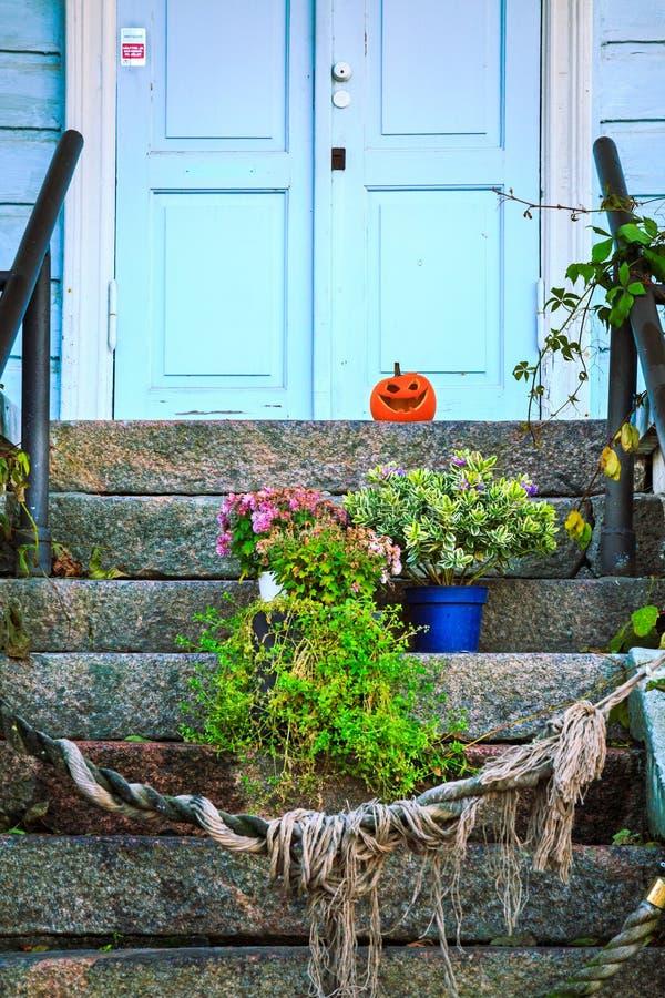 Halloween-Kürbis auf Hausportal lizenzfreie stockfotografie