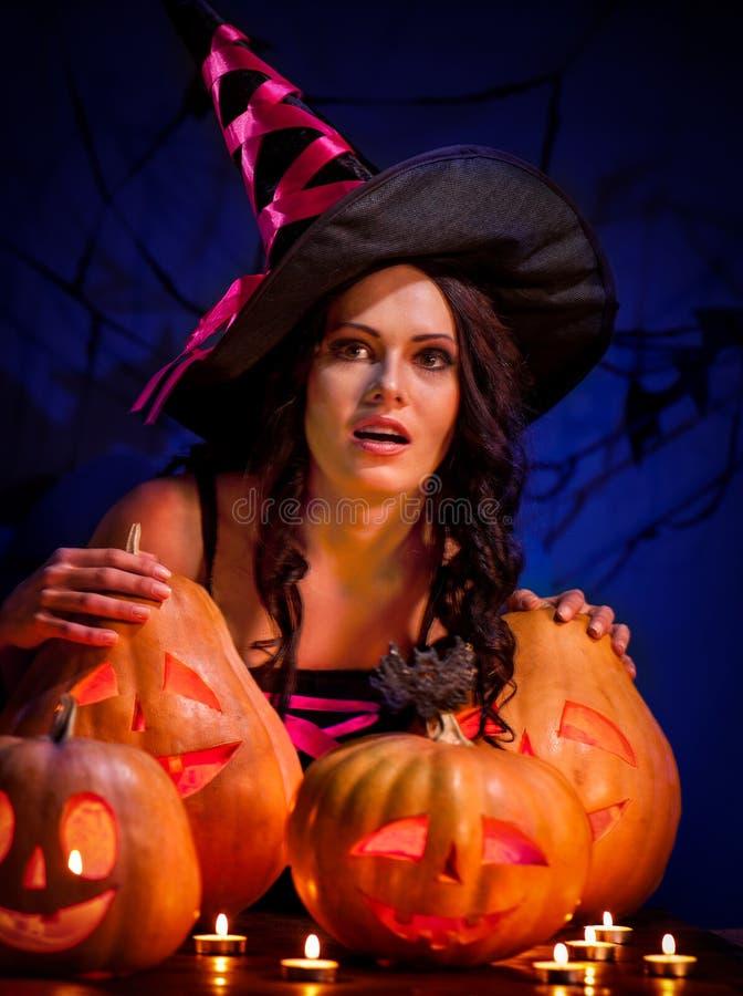 Halloween-Kürbis in den Hexenmutterhänden stockbilder
