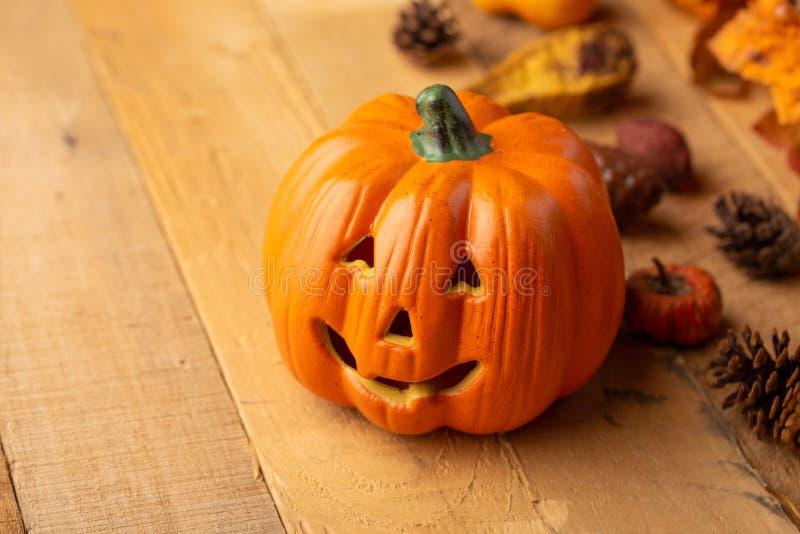 Halloween-Kürbis mit Blättern auf einem alten Holztisch Ansicht von oben Kopieren Sie Platz Viele rosafarbenen und magentaroten A lizenzfreie stockbilder