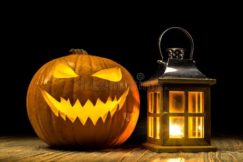 Halloween-Kürbis mit Laterne auf hölzerner alter Tabelle stockbild