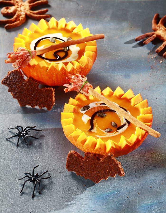 Halloween-Kürbis-Suppe gedient in den halben Kürbisen lizenzfreie stockbilder