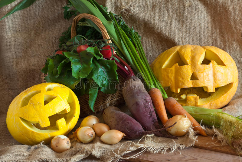Halloween-Kürbis und geerntetes Gemüse lizenzfreie stockbilder
