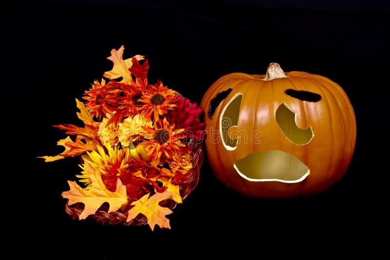 Halloween-Kürbis und Hupe von viel lizenzfreie stockfotos