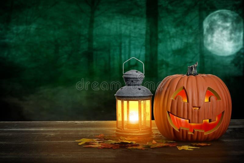 Halloween-Kürbis und -laterne auf hölzerner Tabelle lizenzfreie stockfotografie