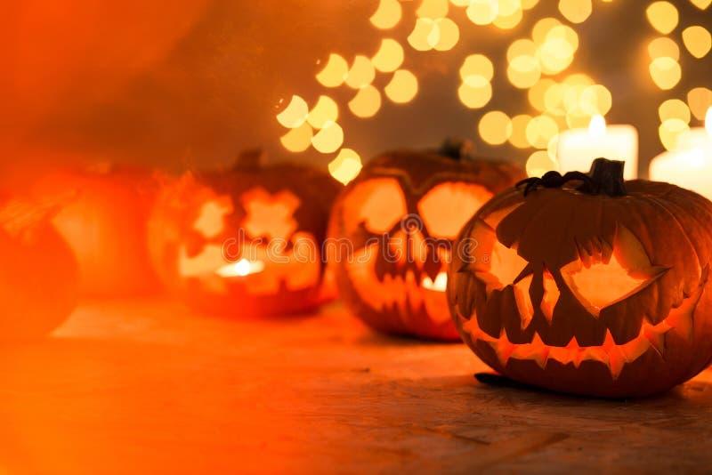 Halloween-Kürbise auf dem Tisch lizenzfreie stockfotografie
