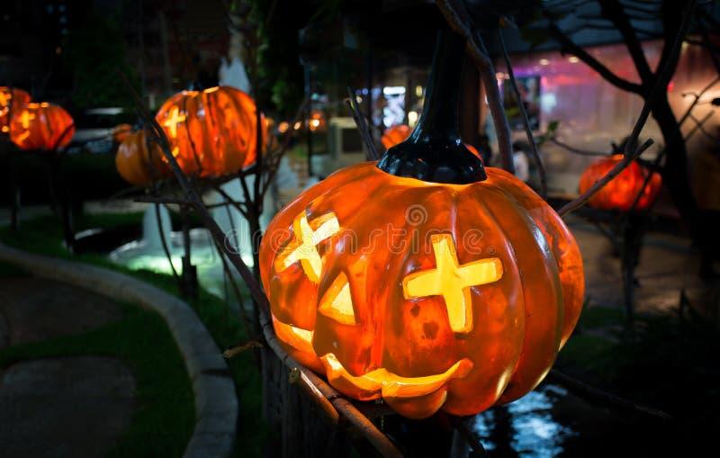 Halloween-Kürbise auf Holz in gespenstischen Forest At Night stockfotografie