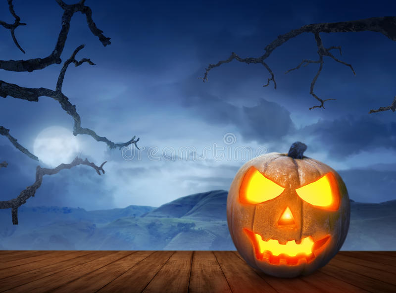 Halloween-Kürbise auf Holzfußboden in einem furchtsamen Hügel lizenzfreie stockfotografie
