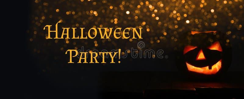 Halloween-Kürbise auf Holztisch vor gespenstischem dunklem Hintergrund lizenzfreie stockfotografie